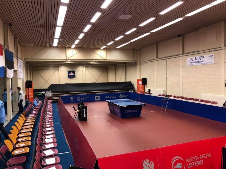 Zaal met tribunes voor de interlands bij Shot Wageningen