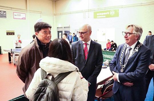 Chinese ambassadeur Ken Wu, voorzitter Frans Lambi en de burgermeester van Wageningen Geert van Rumund