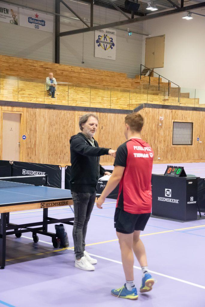 Johan Frederiks overhandigt de eerste prijs aan Pekka Pelz