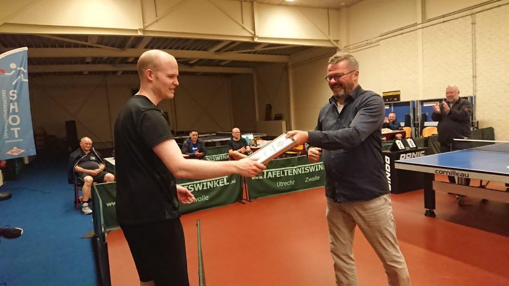 Sietse neemt de eerste prijs in ontvangst van Jan Ploeg
